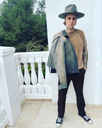ドレッドヘアにイメチェンする前のジャスティン(画像は『Justin Bieber 2021年3月15日付Instagram「Date night」』のスクリーンショット)