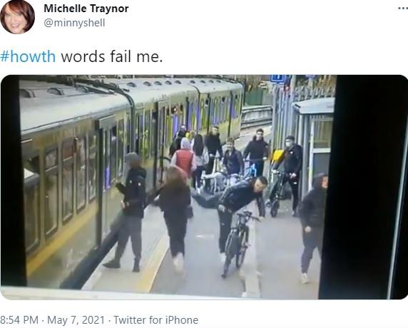 ホームの女性にキックする少年(画像は『Michelle Traynor 2021年5月7日付Twitter「#howth words fail me.」』のスクリーンショット)