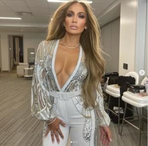 楽屋でのジェニファー・ロペス(画像は『Jennifer Lopez 2021年5月2日付Instagram「Don't miss the #VaxLive concert Saturday, May 8.」』のスクリーンショット)