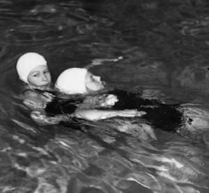 14歳でライフセービング賞を受賞したエリザベス女王(画像は『The Royal Family 2021年5月10日付Instagram「The Queen's memories of achieving a Life Saving Award with the Royal Life Saving Society in 1941, aged 14.」』のスクリーンショット)