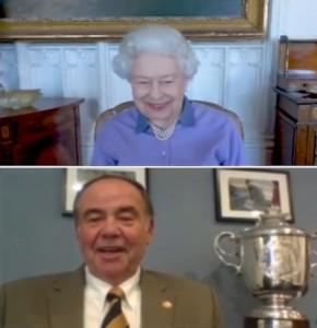 クライヴ氏と冗談を交えて対話する女王(画像は『The Royal Family 2021年5月10日付Instagram「The Queen's memories of achieving a Life Saving Award with the Royal Life Saving Society in 1941, aged 14.」』のスクリーンショット)
