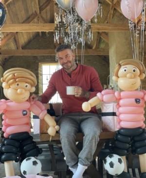 【イタすぎるセレブ達】ヴィクトリア・ベッカム、夫デヴィッドの誕生日に巨大な風船のフィギュアを贈る