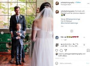 感激するジュード君(画像は『Ashah Photography 2020年8月13日付Instagram「First look with Rebekah and her precious stepson」』のスクリーンショット)