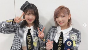 AKB48の村山彩希と岡田奈々(画像は『AKB48 2021年3月24日付Instagram「日本テレビPremium Music 2021」』のスクリーンショット)