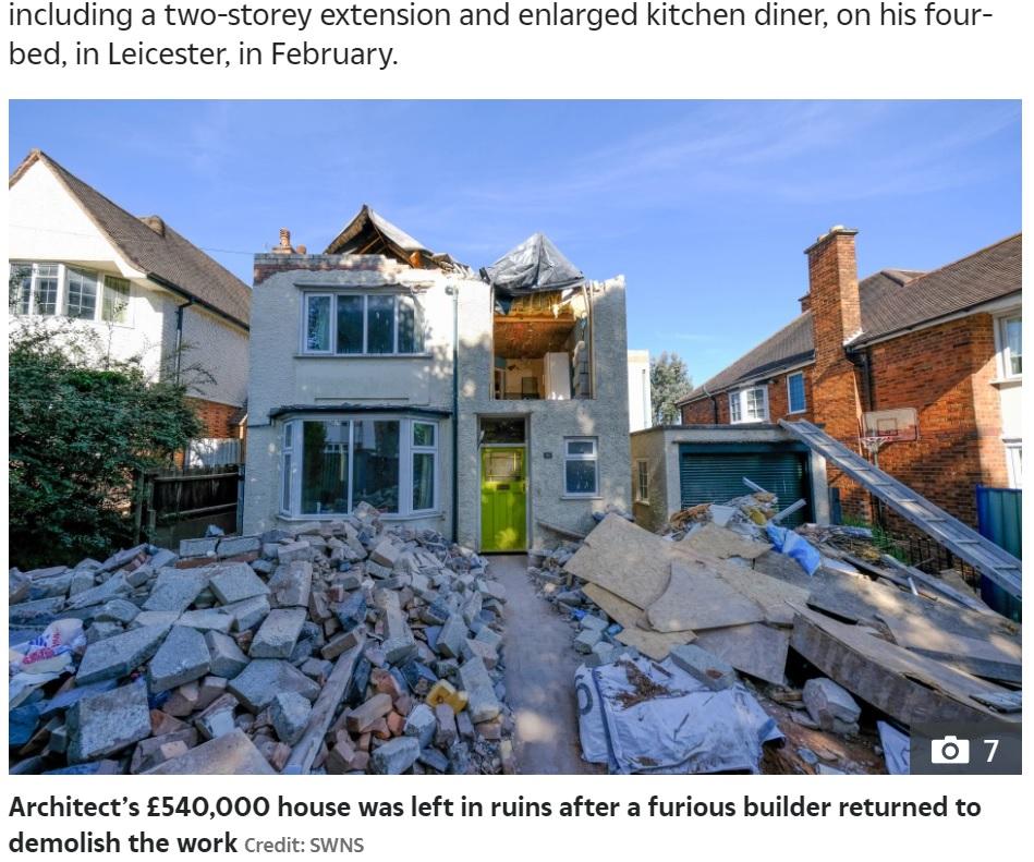家の一部が破壊されて瓦礫が山積みに(画像は『The Sun 2021年6月8日付「YOB THE BUILDER Builder leaves family-of-six's £540,000 house in ruins with no roof after row with owner over pay」(Credit: SWNS)』のスクリーンショット)