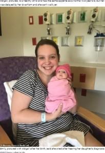 母エミリーさんと小さな身体で誕生したアビゲイルちゃん(画像は『WhatsNew2Day 2021年6月7日付「Tiny Toddler, Two, Was Born With Rare Form Of Dwarfism, Weighs Just 7lb」』のスクリーンショット)