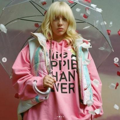 【イタすぎるセレブ達】ビリー・アイリッシュ、新曲MVでキム・カーダシアンのブランド「スキムス」の下着を着用