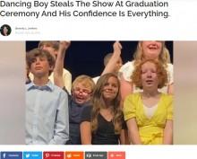 【海外発!Breaking News】小学校の卒業式で歌に合わせ、1人だけ踊る男児に会場は大爆笑(米)<動画あり>