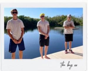 (左から)ロメオ、ブルックリン、クルスの3兄弟(画像は『Victoria Beckham 2021年5月30日付Instagram「Sunny memories for bank holiday Sunday!」』のスクリーンショット)