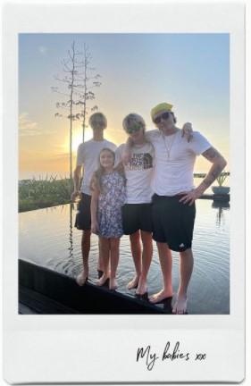 仲良く寄り添う、3人の兄達と末っ子ハーパーちゃん(画像は『Victoria Beckham 2021年5月30日付Instagram「Sunny memories for bank holiday Sunday!」』のスクリーンショット)
