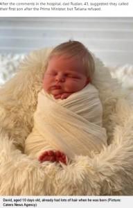 生後10日のデイヴィッド君(画像は『Metro 2021年6月21日付「Baby born with full head of blond hair looks like a mini Boris Johnson」(Picture: Caters News Agency)』のスクリーンショット)
