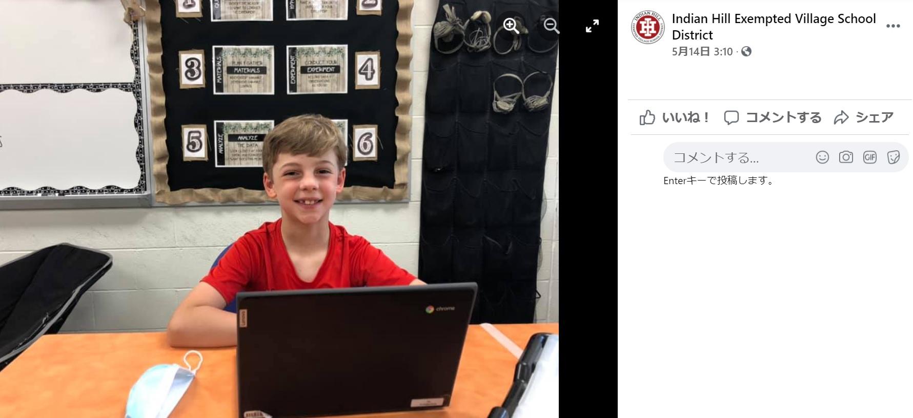 あるアイディアで読書をより楽しんだ9歳男児(画像は『Indian Hill Exempted Village School District 2021年5月14日付Facebook「Our thoughtful IHES student Eli set up a cozy virtual fire to enjoy his book beside during Refresh & Reflect time」』のスクリーンショット)