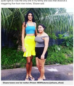 身長163センチの母親と並ぶエリサニさん(画像は『Metro 2021年6月9日付「Woman who grew to 7ft tall thanks to undiscovered tumour marries man over a foot shorter」(Picture: MDWfeatures/@elisane_oficial)』のスクリーンショット)
