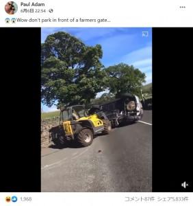 そのまま観光客の車を道路まで押し出した農家(画像は『Paul Adam 2021年6月6日付Facebook「Wow don't park in front of a farmers gate…」』のスクリーンショット)