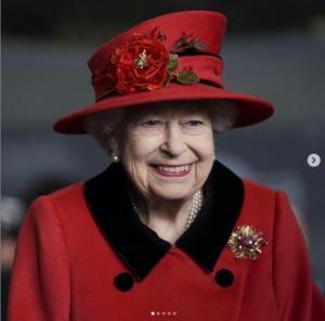 新生児の名前はエリザベス女王の愛称にちなんだものに(画像は『The Royal Family 2021年5月22日付Instagram「Her Majesty The Queen visits the company of HMS Queen Elizabeth in Portsmouth to bid them farewell ahead of the ship's maiden operational deployment.」』のスクリーンショット)