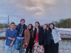 左から1人目が広海、4人目が桐谷美玲 ロレアル・メイクアップチームでパリを訪れた時の記念写真(画像は『HIROMI 2019年9月30日付Instagram「thx @lorealmakeup team with @mirei_kiritani_」』のスクリーンショット)