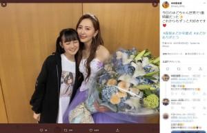 HKT48卒業コンサートを終えた森保まどかを訪ねた今村麻莉愛(画像は『今村麻莉愛 2021年5月29日付Twitter「今日のまどちゃん世界で1番綺麗だった」』のスクリーンショット)