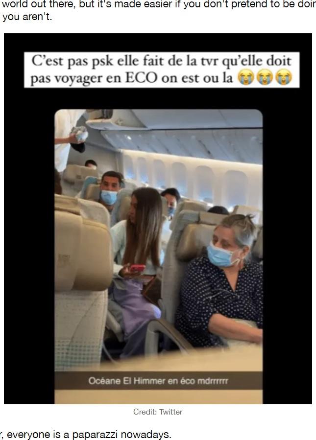 エコノミークラスの座席に座っているところをファンに見つかってしまったオシアンさん(画像は『LADbible 2021年6月2日付「Instagram Model Oceane El Himer Caught Pretending To Be In Business Class On Flight」(Credit: Twitter)』のスクリーンショット)