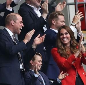 【イタすぎるセレブ達】ジョージ王子がサッカー観戦 イングランドの歴史的な勝利にファンら「チームのマスコットになるべき!」