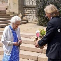 【イタすぎるセレブ達】エリザベス女王、フィリップ王配の100回目の誕生日を記念したバラの苗木を受け取る