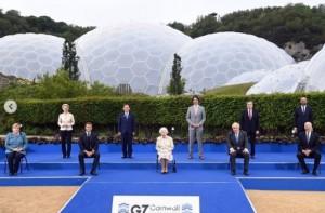 各国首脳らと集合写真に納まるエリザベス女王(画像は『The Royal Family 2021年6月11日付Instagram「As Head of State, Her Majesty The Queen regularly speaks to world leaders and members of the diplomatic community as part of the vital role she plays as a figurehead for the UK and Commonwealth.」』のスクリーンショット)