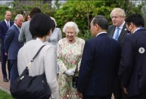 菅首相夫妻と対話するエリザベス女王(画像は『The Royal Family 2021年6月11日付Instagram「As Head of State, Her Majesty The Queen regularly speaks to world leaders and members of the diplomatic community as part of the vital role she plays as a figurehead for the UK and Commonwealth.」』のスクリーンショット)