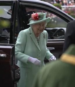 観客から大きな拍手で迎えられたエリザベス女王(画像は『Official Ascot & Royal Ascot 2021年6月19日付Instagram「A wonderful reception from the crowd at #RoyalAscot when Her Majesty The Queen arrived earlier today.」』のスクリーンショット)