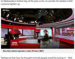 デスクの下ではリラックスしていたショーンさん(画像は『Metro 2021年6月4日付「Sweltering BBC anchor caught wearing shorts and deck shoes under desk on hottest day」(Picture: BBC)』のスクリーンショット)