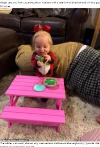 おもちゃのピクニックテーブルがピッタリ(画像は『WhatsNew2Day 2021年6月7日付「Tiny Toddler, Two, Was Born With Rare Form Of Dwarfism, Weighs Just 7lb」』のスクリーンショット)