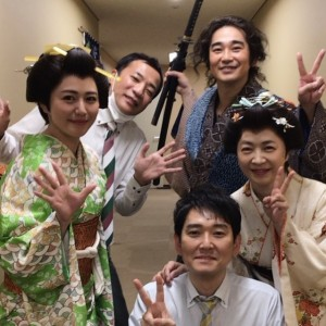 田中美佐子(右中段)とメガネを外した土屋伸之(下)(画像は『田中美佐子 2021年2月11日付Instagram「今日の明治座のゲスト様は」』のスクリーンショット)