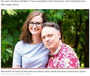 優しいアダムさん(右)のサプライズがきっかけで、グッズを収集しだしたテイラーさん(画像は『New York Post 2021年5月28日付「Virginia woman transforms home into McDonald's shrine」(Taylor Gecking / CATERS NEWS AGENCY)』のスクリーンショット)
