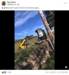 フォークリフトによって軽々と持ち上げられた観光客の車(画像は『Paul Adam 2021年6月6日付Facebook「Wow don't park in front of a farmers gate…」』のスクリーンショット)
