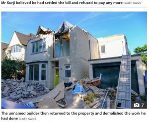 屋根は完全に壊されて、とても住める状態ではない(画像は『The Sun 2021年6月8日付「YOB THE BUILDER Builder leaves family-of-six's £540,000 house in ruins with no roof after row with owner over pay」(Credit: SWNS)』のスクリーンショット)
