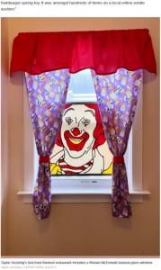 テイラーさんが二度も購入を諦めたドナルド・マクドナルドのステンドグラス(画像は『New York Post 2021年5月28日付「Virginia woman transforms home into McDonald's shrine」(Taylor Gecking / CATERS NEWS AGENCY)』のスクリーンショット)