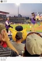 スタジアムの観衆の前でプロポーズした男性、恋人に逃げられショックで凍りつく(米)<動画あり>