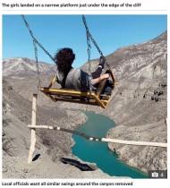 【海外発!Breaking News】深さ約2000メートルの峡谷に向かって漕ぐ大型ブランコ、鎖が切れ女性2人が落下(露)<動画あり>