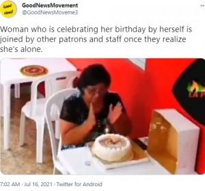 1人でケーキを前に拍手する女性(画像は『GoodNewsMovement 2021年7月16日付Twitter「Woman who is celebrating her birthday」』のスクリーンショット)