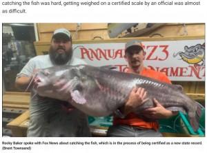 【海外発!Breaking News】約57キロの巨大ナマズを釣り上げた男性「まるで恐竜のようだった」(米)