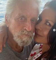 【イタすぎるセレブ達】キャサリン・ゼタ=ジョーンズ、夫マイケル・ダグラスとの自撮りキスショット公開 「愛が溢れている」ファン絶賛