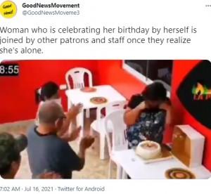 両手で涙を拭く女性(画像は『GoodNewsMovement 2021年7月16日付Twitter「Woman who is celebrating her birthday」』のスクリーンショット)