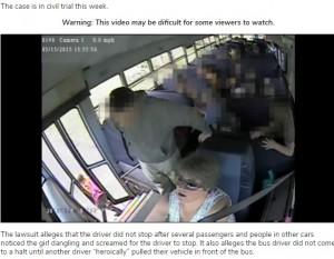 【海外発!Breaking News】スクールバスのドアにリュックが挟まれた女児、約350m引きずられる衝撃映像が公開される(米)