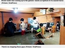 【海外発!Breaking News】「命よりゲーム?」台風で洪水発生もネットカフェでゲームする少年たち(フィリピン)<動画あり>