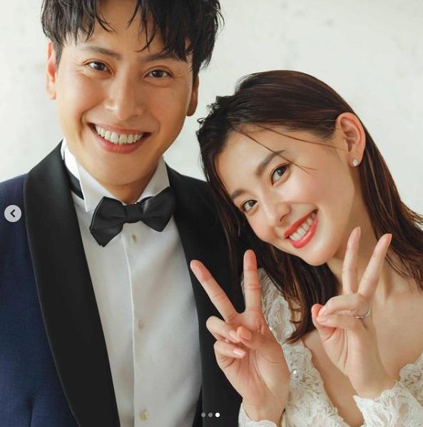 結婚を報告した山下健二郎と朝比奈彩(画像は『山下 健二郎 2021年7月26日付Instagram「ご報告」』のスクリーンショット)