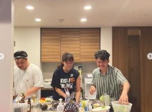 息子たちと立つ久しぶりのキッチン(画像は『中林美和 2021年7月19日付Instagram「息子たちとキッチンに立つの何年ぶりだろう」』)のスクリーンショット