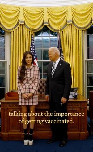 ホワイトハウスでバイデン大統領と並ぶオリヴィア(画像は『The White House 2021年7月15日付Instagram「We're making incredible progress in fighting COVID-19」』のスクリーンショット)