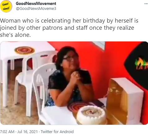 レストランで1人で誕生日を祝う女性(画像は『GoodNewsMovement 2021年7月16日付Twitter「Woman who is celebrating her birthday」』のスクリーンショット)