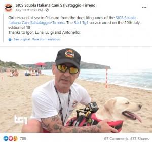 ハンドラーの男性と海難救助犬のルナ(画像は『SICS Scuola Italiana Cani Salvataggio-Tirreno 2021年7月19日付Facebook「Girl rescued at sea in Palinuro from the dogs lifeguards」』のスクリーンショット)