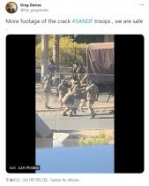 【海外発!Breaking News】太りすぎ? 軍用トラックに乗り込めない隊員に軍の基準を問う声(南ア)<動画あり>