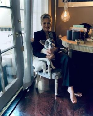 【イタすぎるセレブ達】シャロン・ストーン(63)が引き締まった美ボディ披露 後ろで見つめる愛犬にも注目
