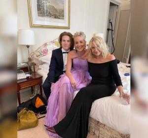 シャロンが公開した寝室でのプライベートショット(画像は『Sharon Stone 2021年7月16日付Instagram「W #RoanBStone & Bea.」』のスクリーンショット)
